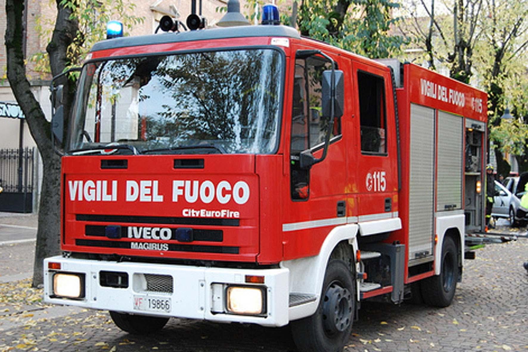 Avellino| Via Chiesa Conservatorio, esplodono 2 auto nel parcheggio della Provincia