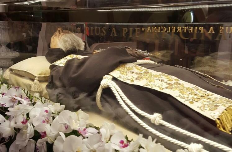 A Gesualdo la Peregrinatio straordinaria dell'abito delle stimmate di San Pio da Pietrelcina