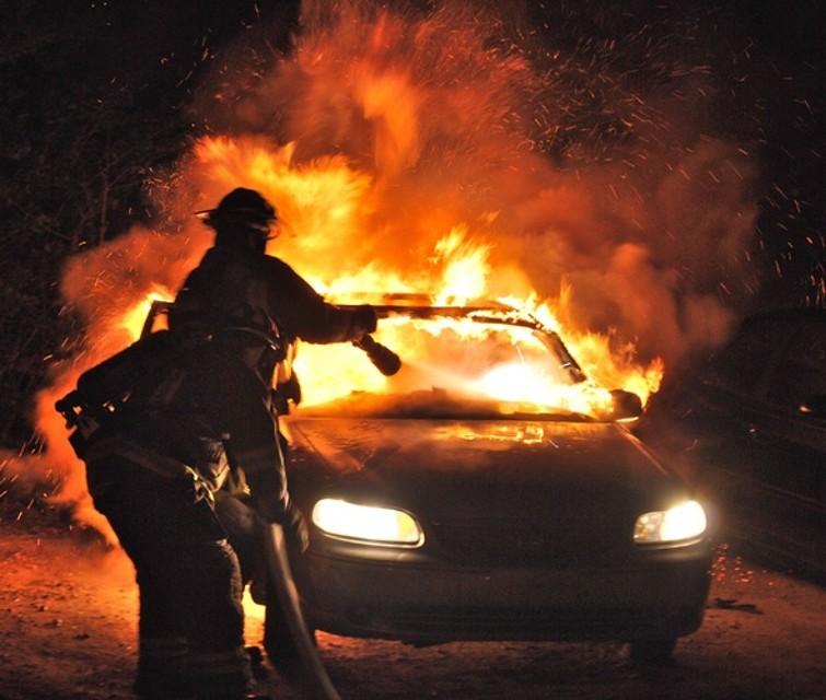 Montesarchio: fiamme nell'auto di un operaio
