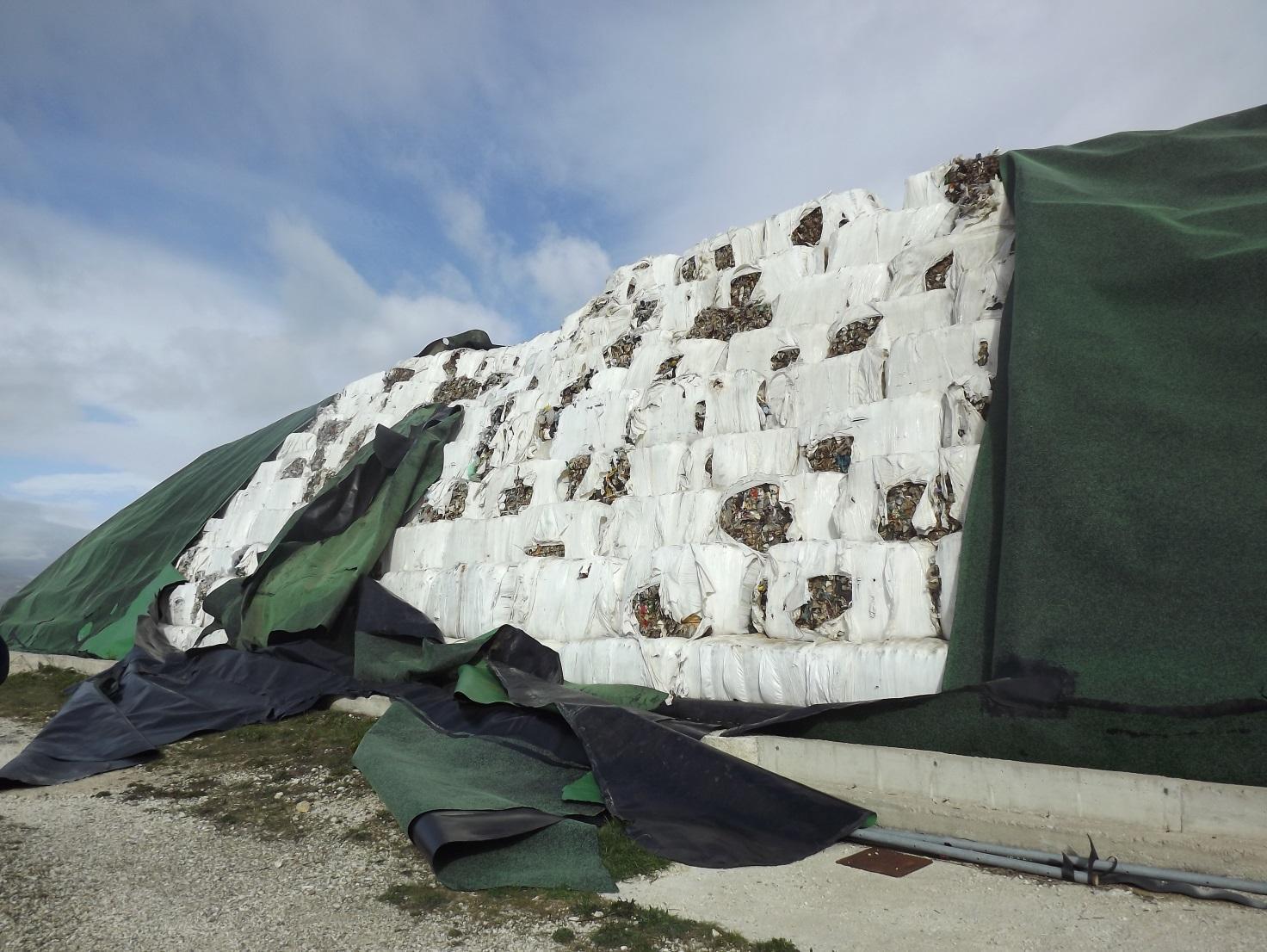 """Forte vento nel Sannio: la """"Provincia ripara le """"ecoballe"""""""