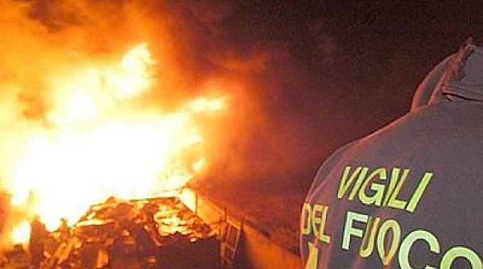 Durazzano: fiamme distruggono capannone di paglia e legna