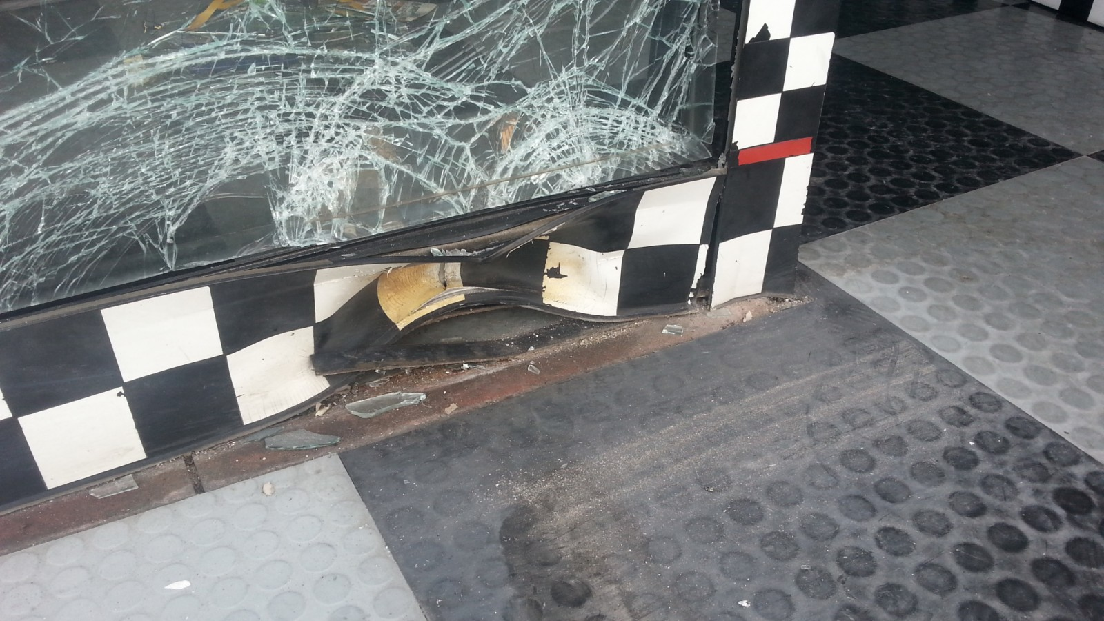 Attentato ad una concessionaria moto a Ponticelli: l'ombra del racket