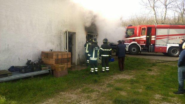 Moiano: fiamme in un deposito edile