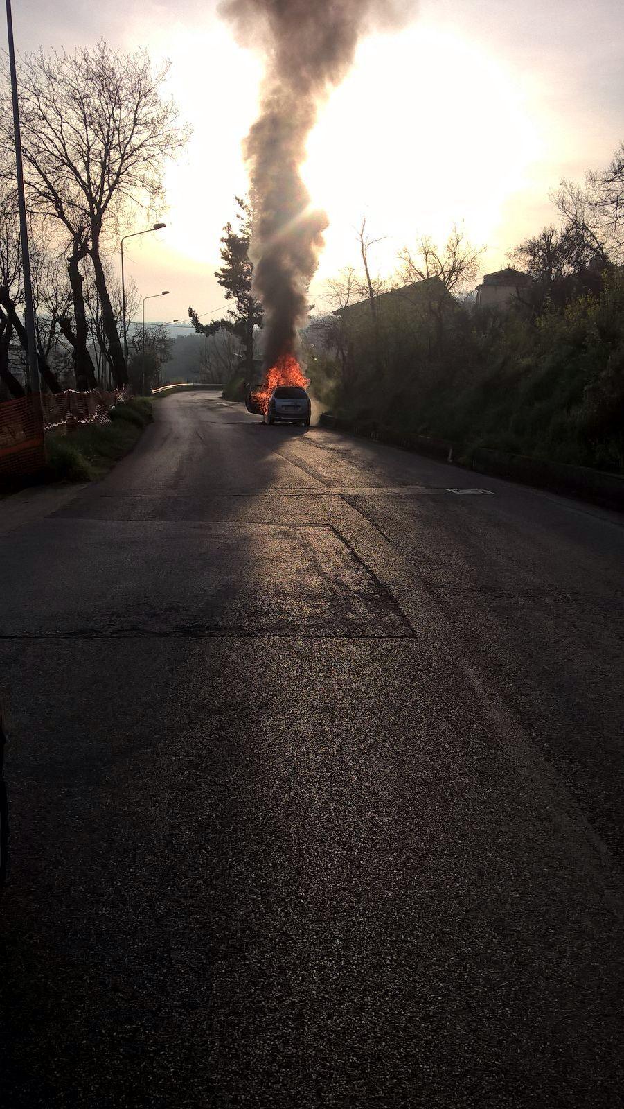 S.Nicola Manfredi: in fiamme una vettura