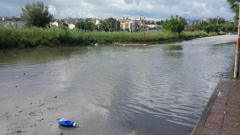 Via dei Longobardi tra melma dell'alluvione e pozzanghere