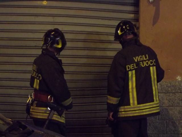Fiamme in via Benevento: danni alla saracinesca di una pasticceria
