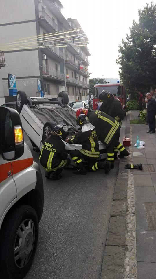 Auto si capovolge in via Torre della Catena. Ferite madre e figlia