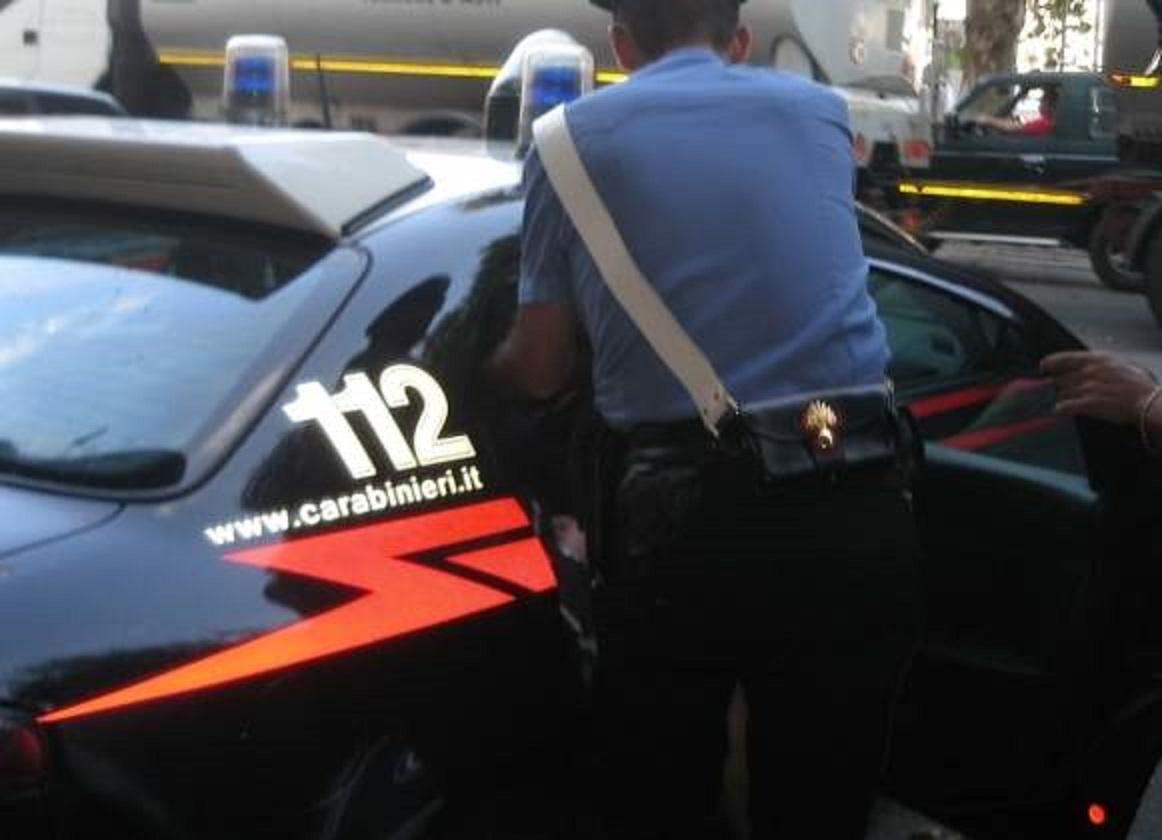 40enne semina panico: aggrediti anche i carabinieri