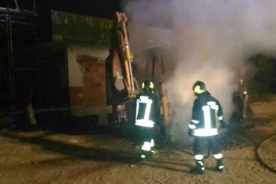 Contrada Malecagna: in fiamme escavatore