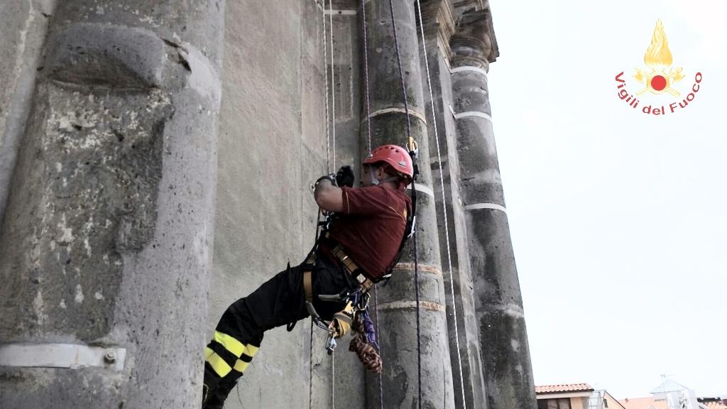 """Torre pericolante, vigili del fuoco """"uomo ragno"""""""