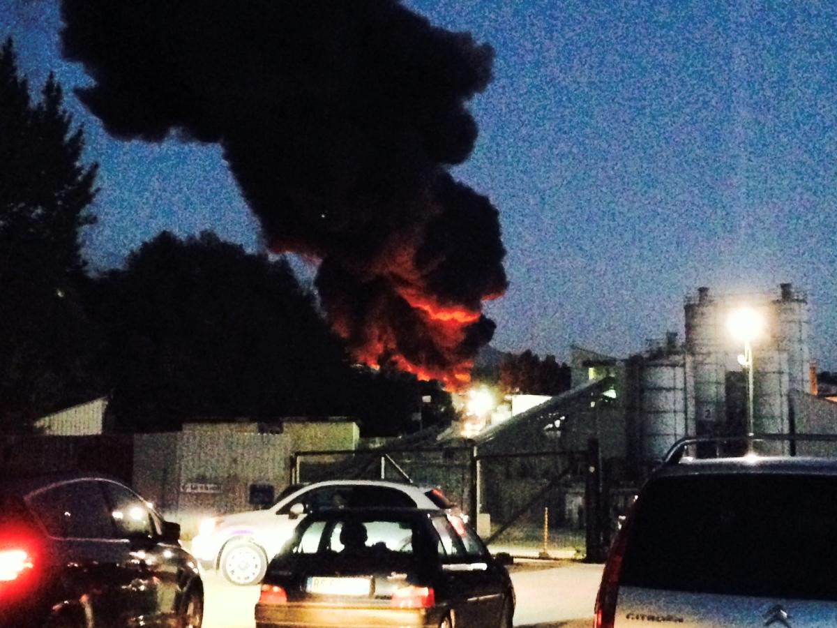 Avellino| Vasto incendio nei pressi dell'Irpinia Calcestruzzi: fiamme, fumo e paura nel nucleo industriale