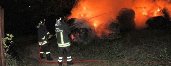 Incendio in un casolare, a fuoco rotoballe