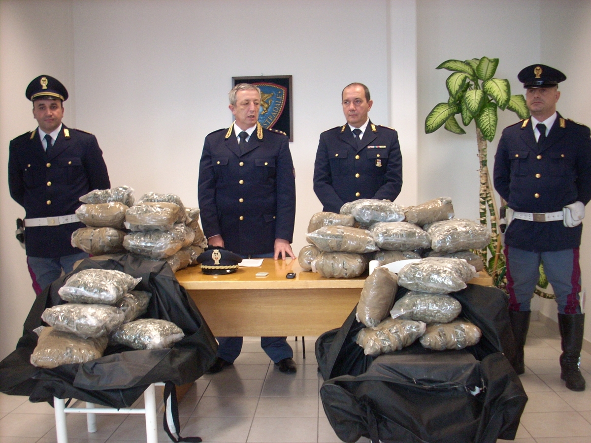 Polstrada sequestra 5 chili di marijuana
