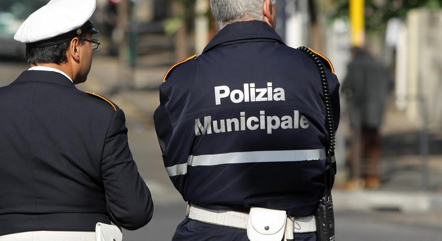 Furbetti cartellino: sospesi tre vigili urbani ad Avellino