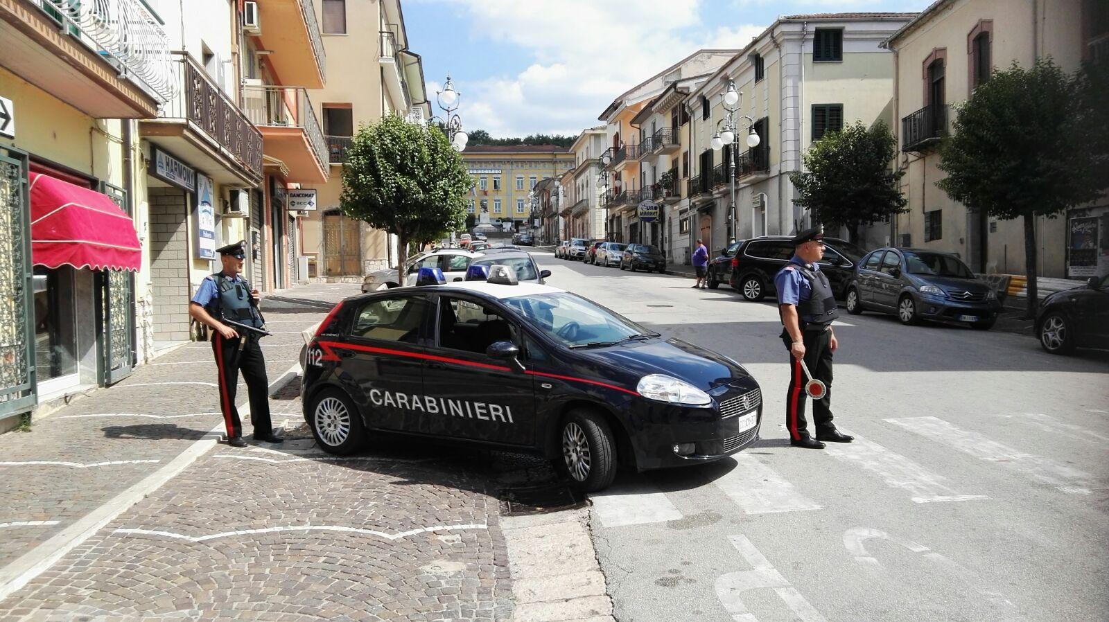 Sequestra in casa un dipendente comunale: anziano nei guai