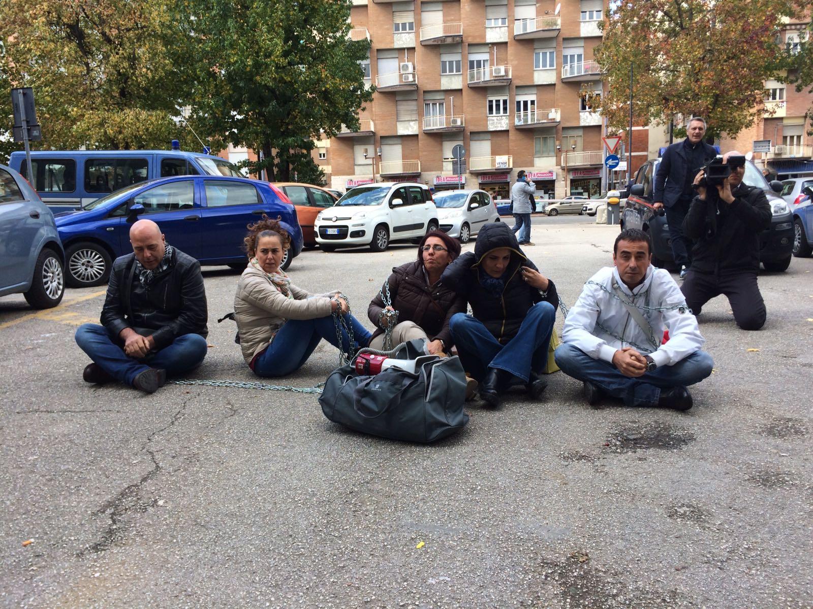 Avellino  Strage bus: parenti vittime si incatenano davanti al Tribunale