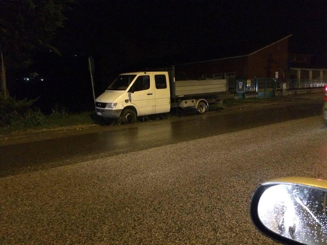 Benevento| Autocarro scivola sull'asfalto e finisce fuori strada