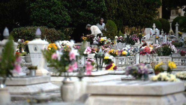 Avellino| Raid al cimitero, rubati 40 portafiori e danneggiate diverse lapidi