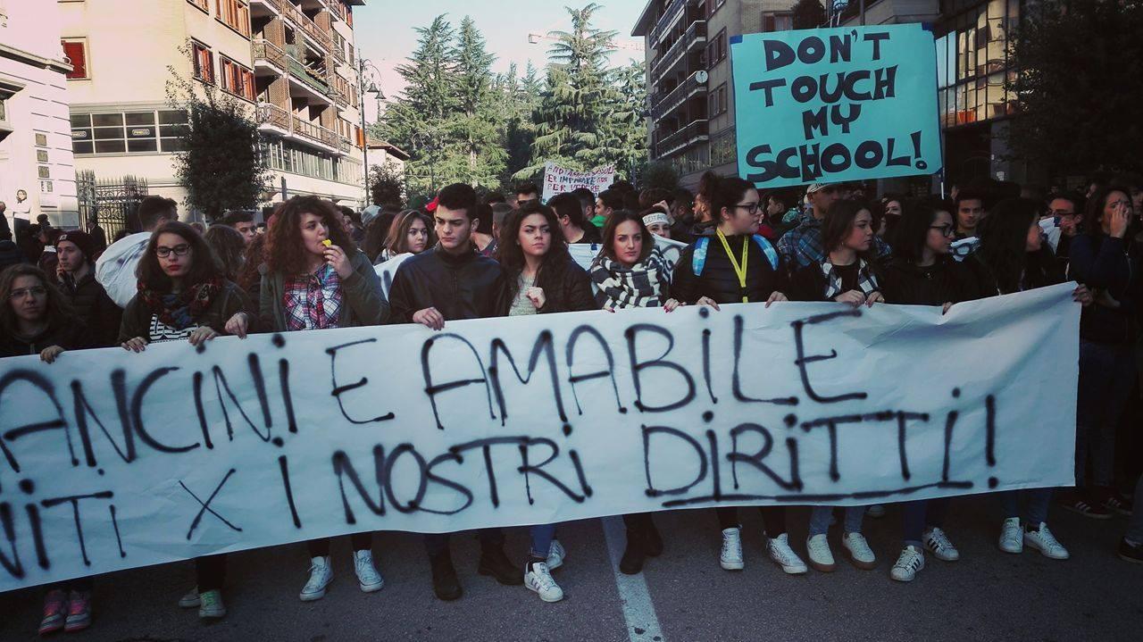 Avellino| In mille in corteo: esplode la protesta degli studenti