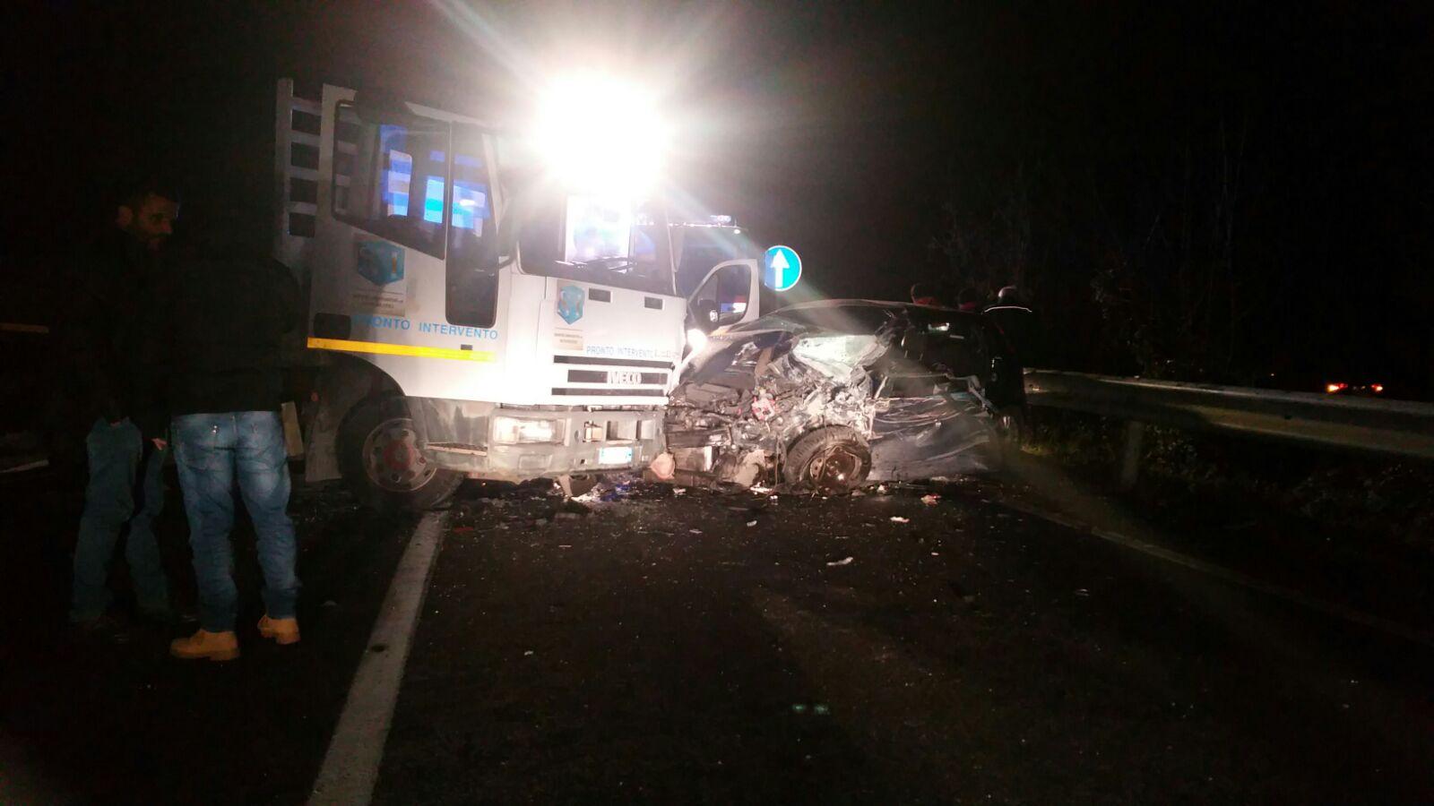 Morcone| Violento scontro sulla Ss 87, un'auto impatta contro un camion