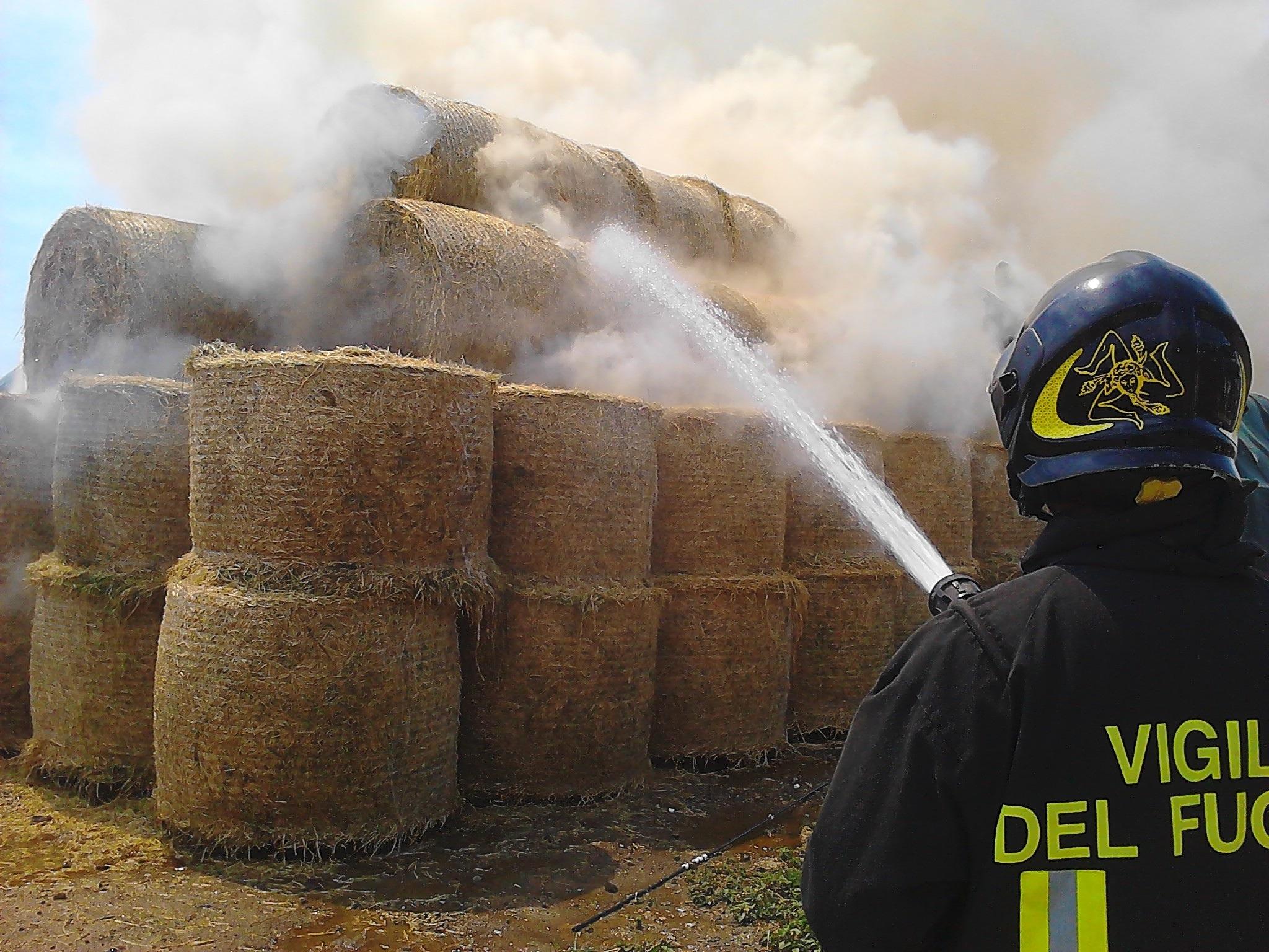 Sant'Agata de' Goti| A fuoco rotoballe in un capannone