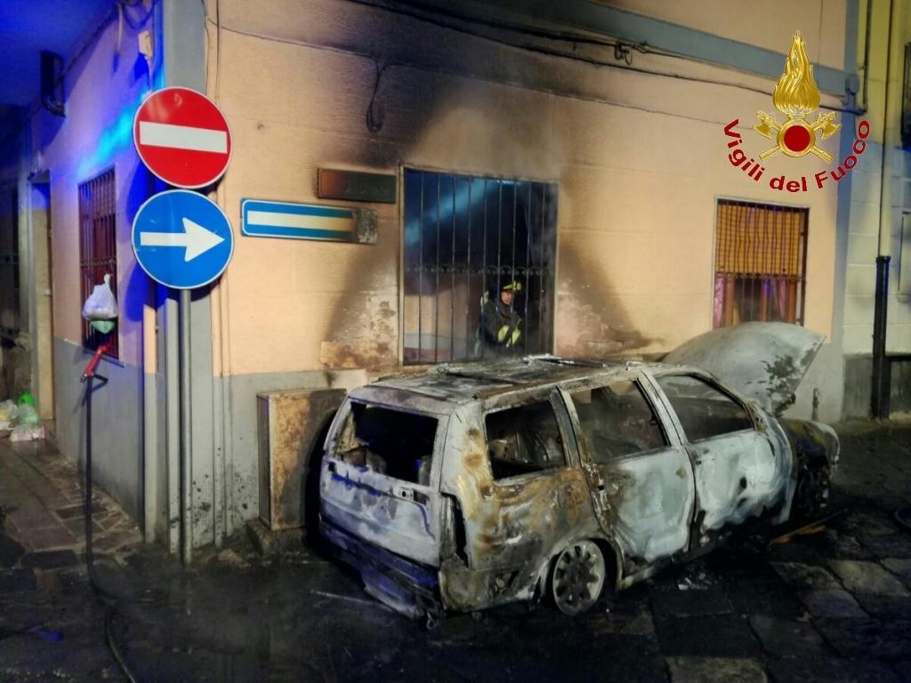 Avella| Auto e abitazione in fiamme nella notte: famiglia in salvo