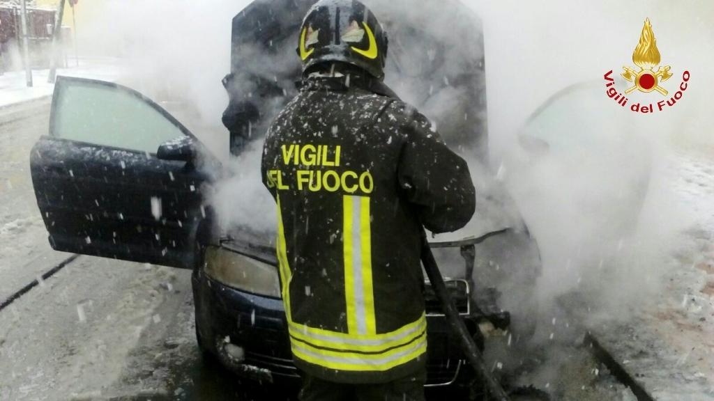 Irpinia: auto bloccate dalle neve con bimbi a bordo, superlavoro dei vigili del fuoco