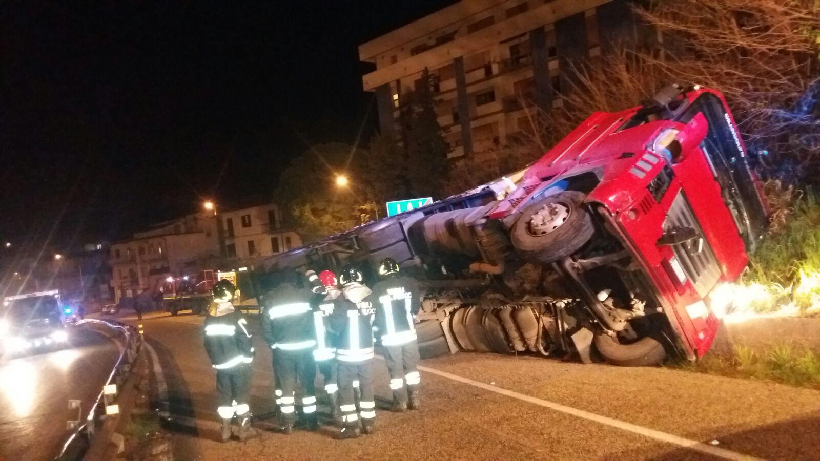 Benevento| Incidente a San Vito, camion si ribalta su di un fianco