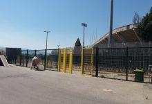 Operai a lavoro all'esterno dello stadio Vigorito