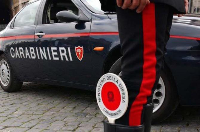 Litiga violentemente con la moglie, poi aggredisce i Carabinieri