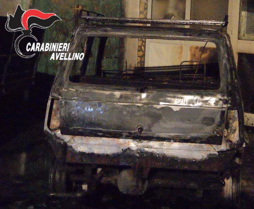 Fiamme nella notte: distrutte due auto nel Vallo di Lauro