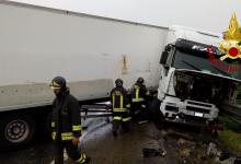 Venticano| Tir sbanda e blocca l'intera carreggiata sull'A/16, ferito il conducente