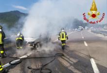 Monteforte Irpino| Auto in fiamme sull'A16, sotto shock i due uomini a bordo