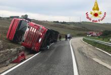 Ariano Irpino| Camion si ribalta sulla ss 90, i vigili del fuoco intervengono con 2 autogrù