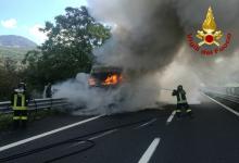 Mugnano del Cardinale  In fiamme tir che trasporta ecoballe, traffico bloccato sull'A16