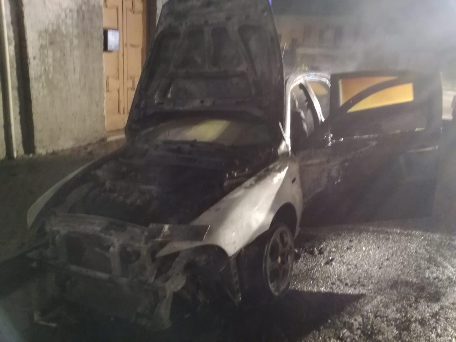 Benevento  Incendiata auto al Rione Ferrovia/Foto