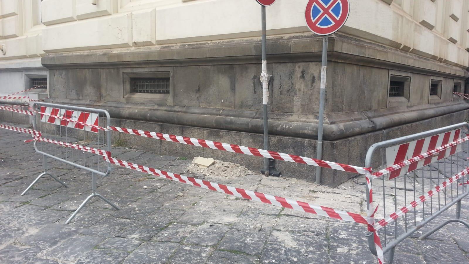 Benevento| Cade cornicione dalla Prefettura, area transennata/FOTO