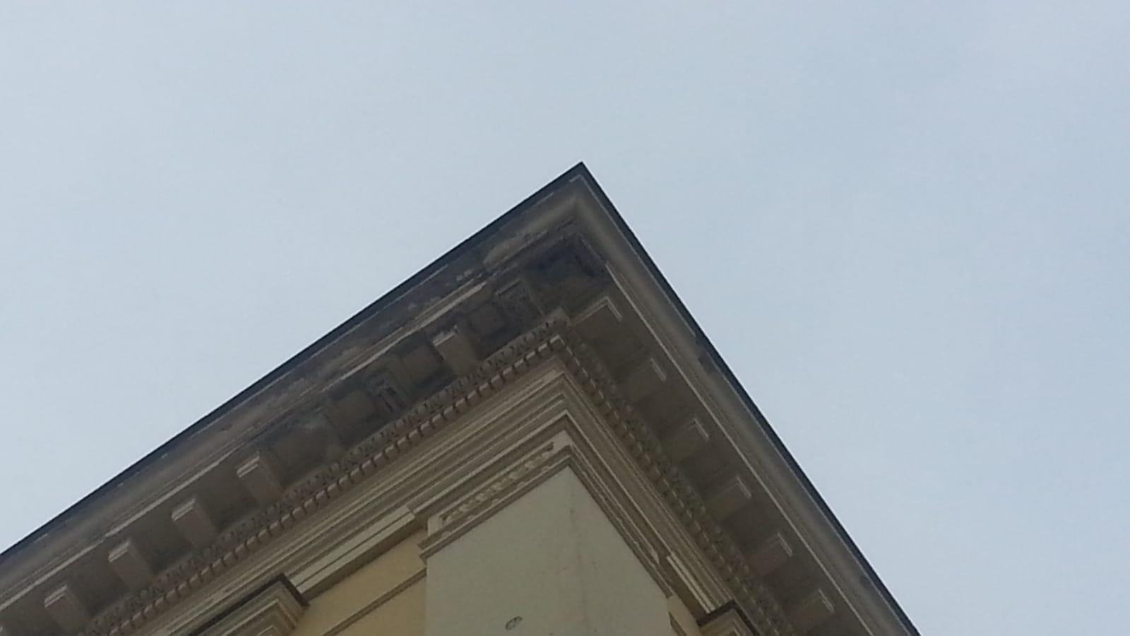 Benevento| Intonaco dalla prefettura, cornicione senza protezione