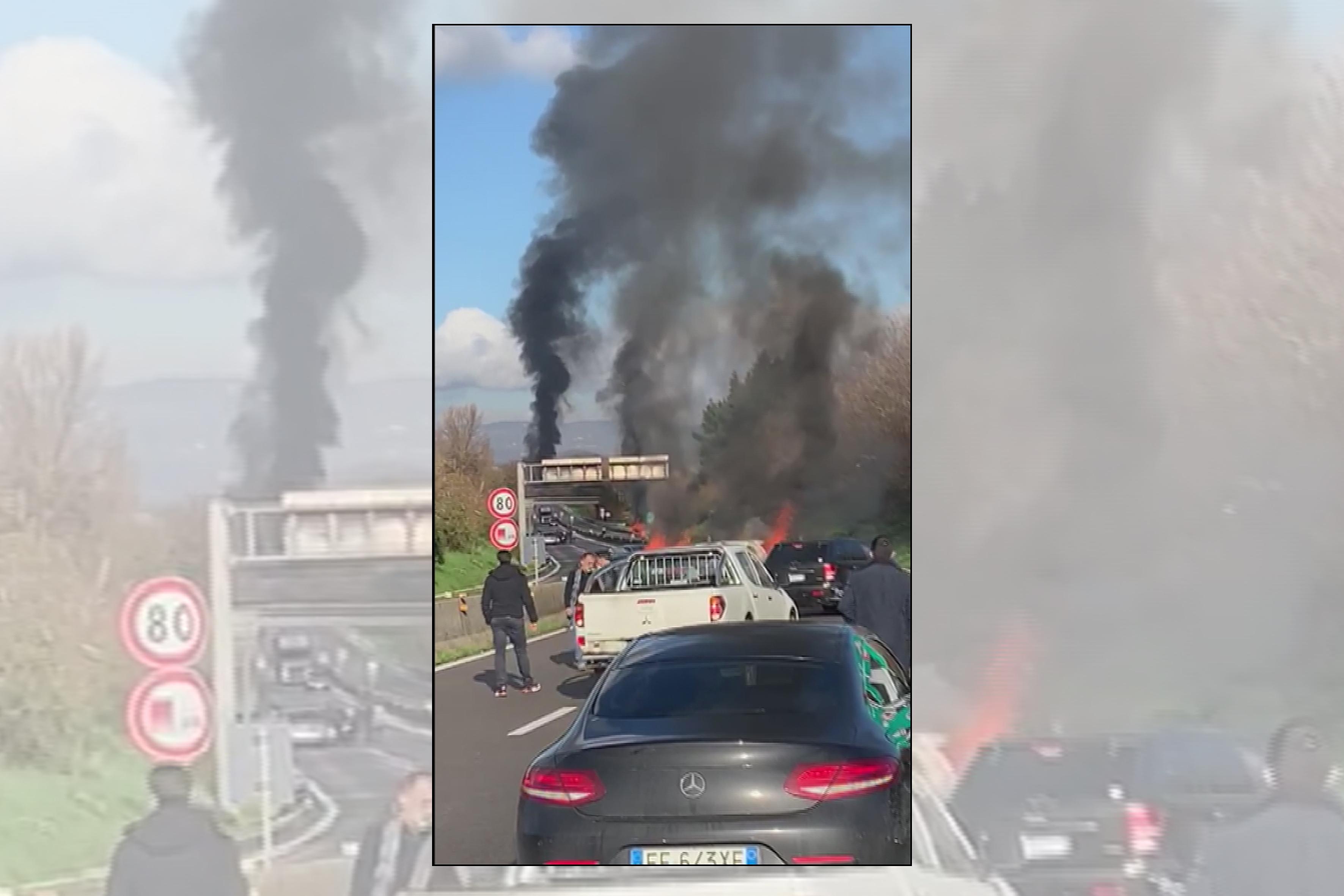 Rapina a portavalori, spari e auto in fiamme su raccordo Av-Sa