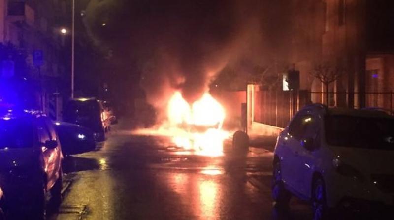Boato in strada, auto esplode a Ceppaloni