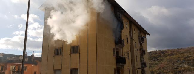 Incendio in un palazzo, i vigili del fuoco evacuano i condomini