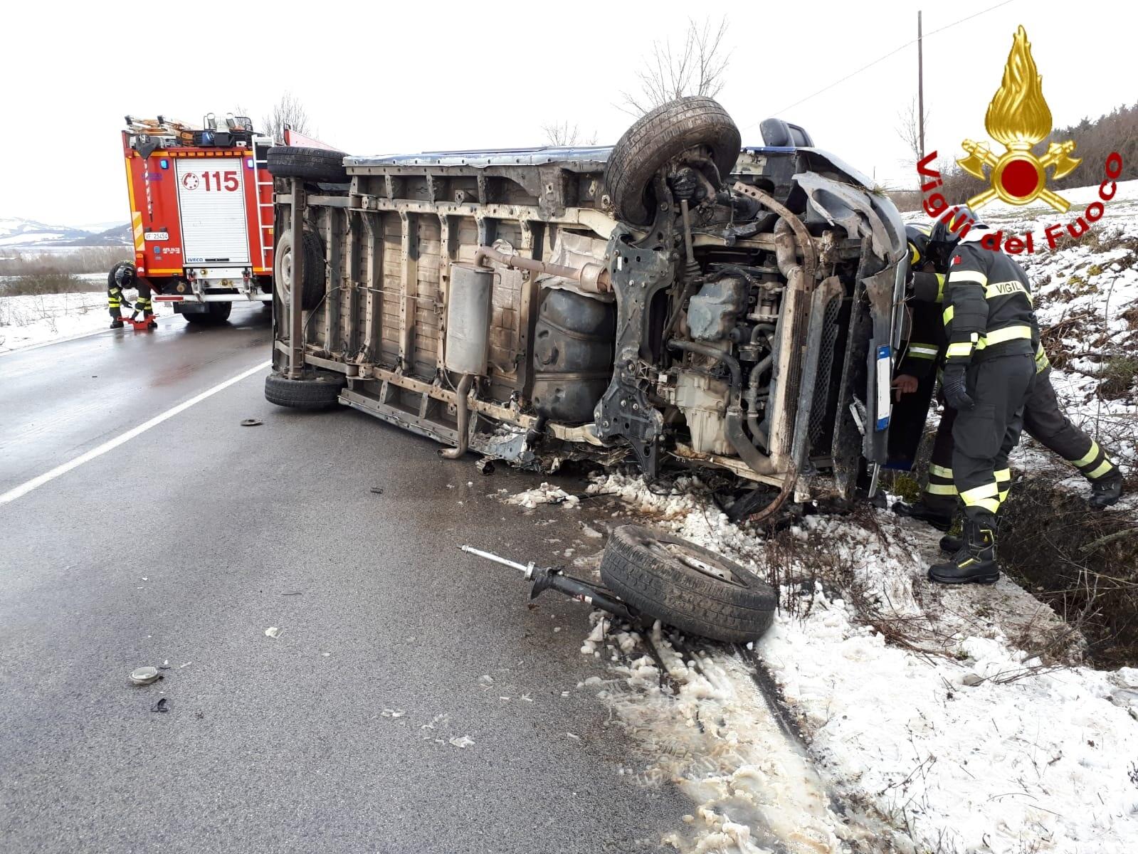 Conza della C.| Finisce contro un altro automezzo e si ribalta, conducente in ospedale