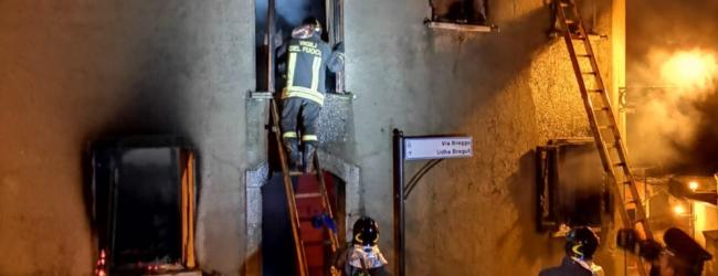 Greci| Palazzina in fiamme, anziana si rifugia sul balcone: la salvano i vigili del fuoco