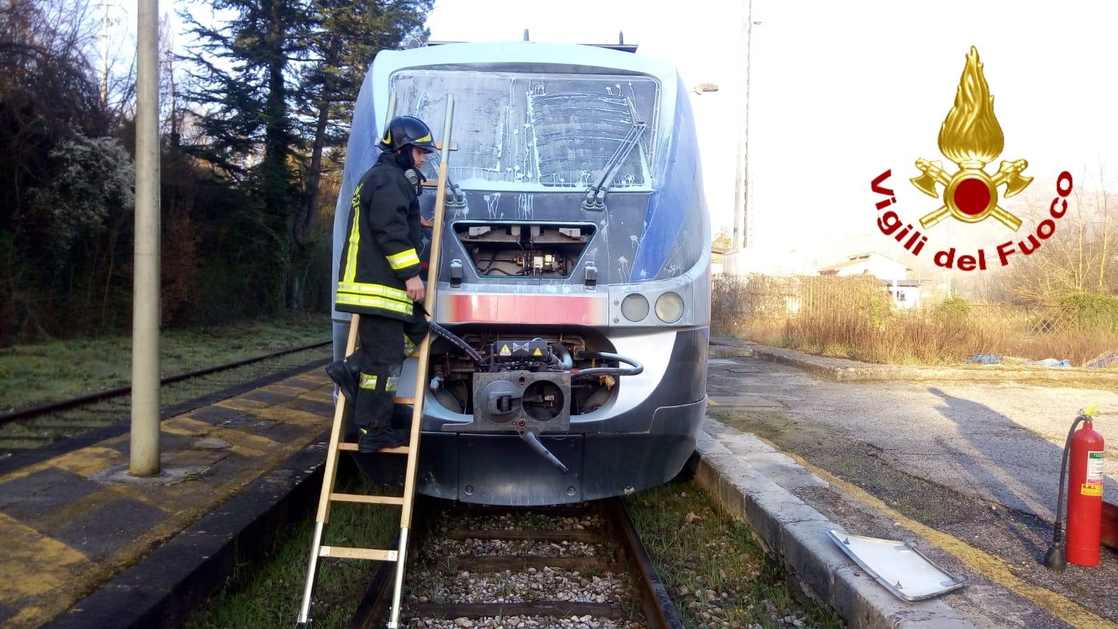 Altavilla Irpina| Principio d'incendio sul treno Benevento-Salerno, intervengono i vigili del fuoco