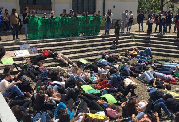 Avellino  FridaysForFuture, studenti in piazza: dichiariamo l'emergenza climatica