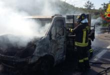 Monteforte Irpino| In fiamme autocarro sull'A16 che trasporta gruppo elettrogeno, paura per il conducente