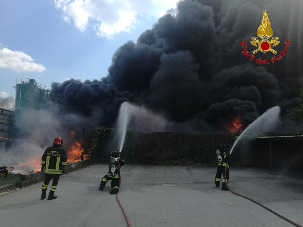 Avellino| Incendio Ics, tavolo in Prefettura: domani si torna a scuola. Attesi i dati sulla diossina e le indicazioni dell'Asl