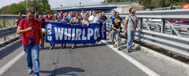 Whirlpool, l'annuncio di Patuanelli: ritirata la procedura di cessione, sperano 200 operai irpini