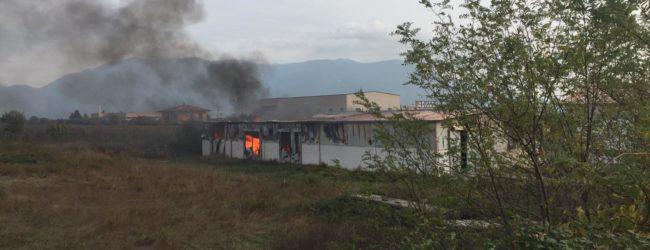 Brucia fabbrica di infissi a San Salvatore Telesino