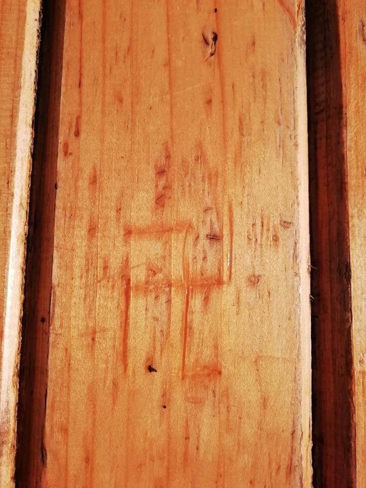 Succede a Benevento: svastica disegnata su un tavolo
